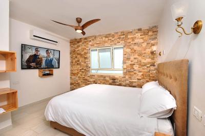 חדר שינה זוגי מפנק ומעוצב עם מיטה חלומית בסוויטת לבנדר