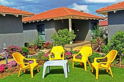איזור הישיבה החיצוני באחוזת נעמה, עם פינות ישיבה וצמחי נוי