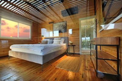 חדר שינה הזוגי והמפנק בסוויטת האורן
