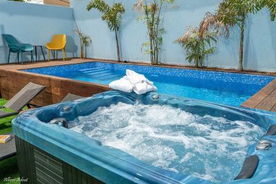 מבט אל הגקוזי ספא הפרטי שבחצר ובריכת השחיה
