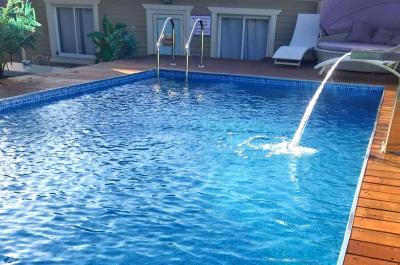 בריכת שחייה מפנקת במתחם