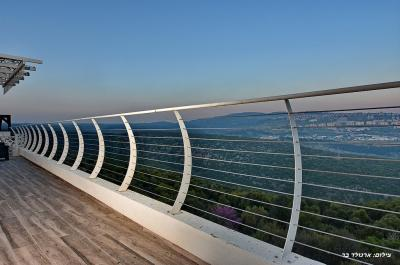 מרפסת שמש הצופה אל נוף קסום ופסטורלי של צפת והרי הגליל העליון