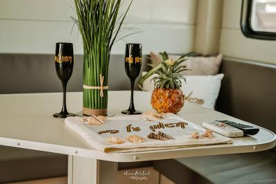 שולחן פנימי לישיבה עם כוסות ממותגות ופינוקים נוספים