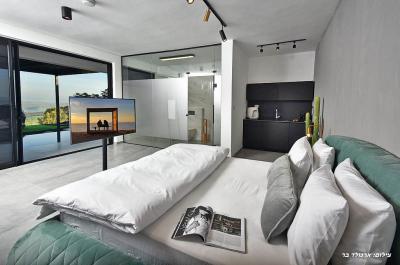 מיטה זוגית עם מיטת קינג סייז מפוארת באחת הסוויטות