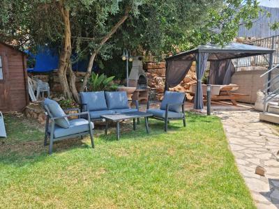 פינת ישיבה בחצר של המתחם