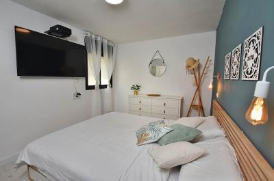 חדר שינה זוגי עם טלויזיה חכמה