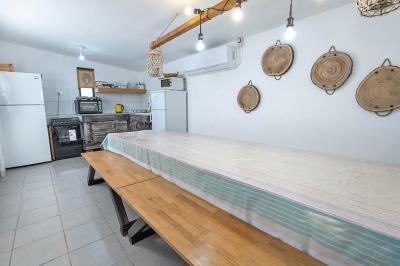 חדר אוכל במתחם, עם פינת אוכל גדולה ומטבחון