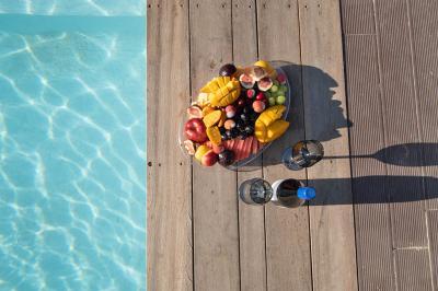 פינוקי פירות ויין על שפת הבריכה