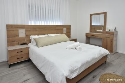 אחד משלושת חדרי השינה באחוזה
